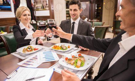 6 descuidos que executivos cometem em almoços de negócios