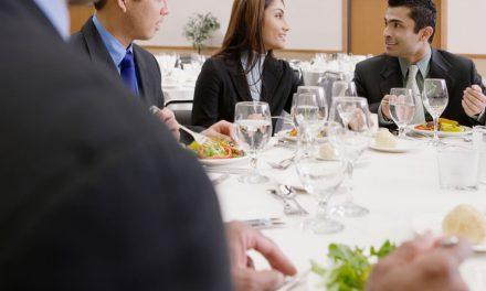 Como se comportar em um almoço de negócios?